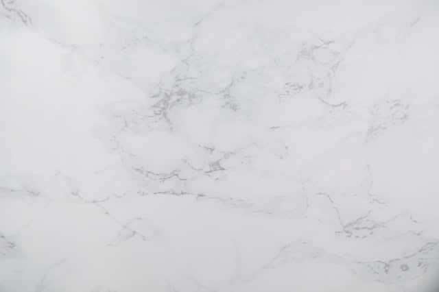 Illustration •Avantages et inconvénients d'une pierre tombale blanche