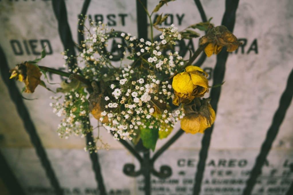 Illustration •3 idées pour rendre une pierre tombale originale