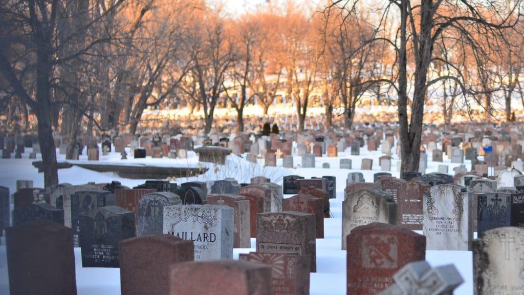 Des stèles en granit très présentes dans les cimetières
