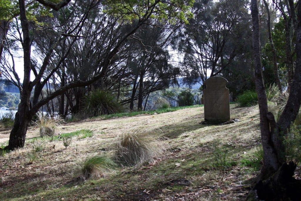 Pierre tombale isolée sur l'île des Morts