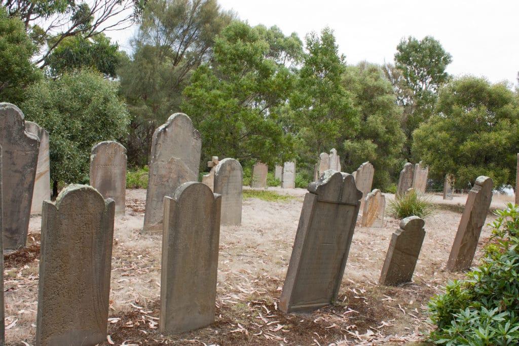 Pierres tombales sur l'ile des Morts en Tasmanie