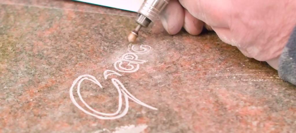 Illustration •10 motifs de gravure sur pierre tombale pour embellir une tombe