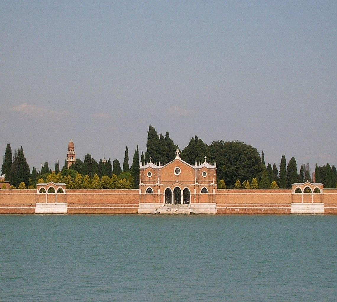 Un cimetière entouré d'eau