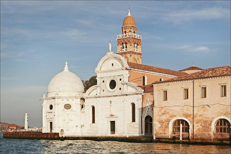 La façade blanche de l'entrée du cimetière de Venise