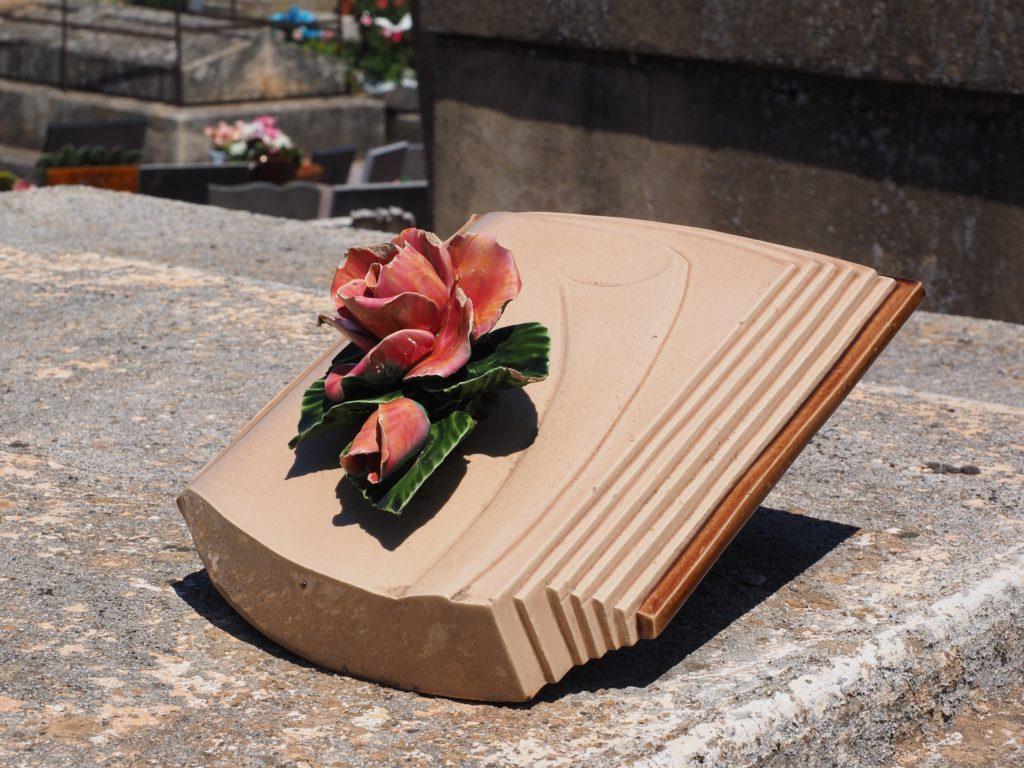 Le livre funéraire en granit