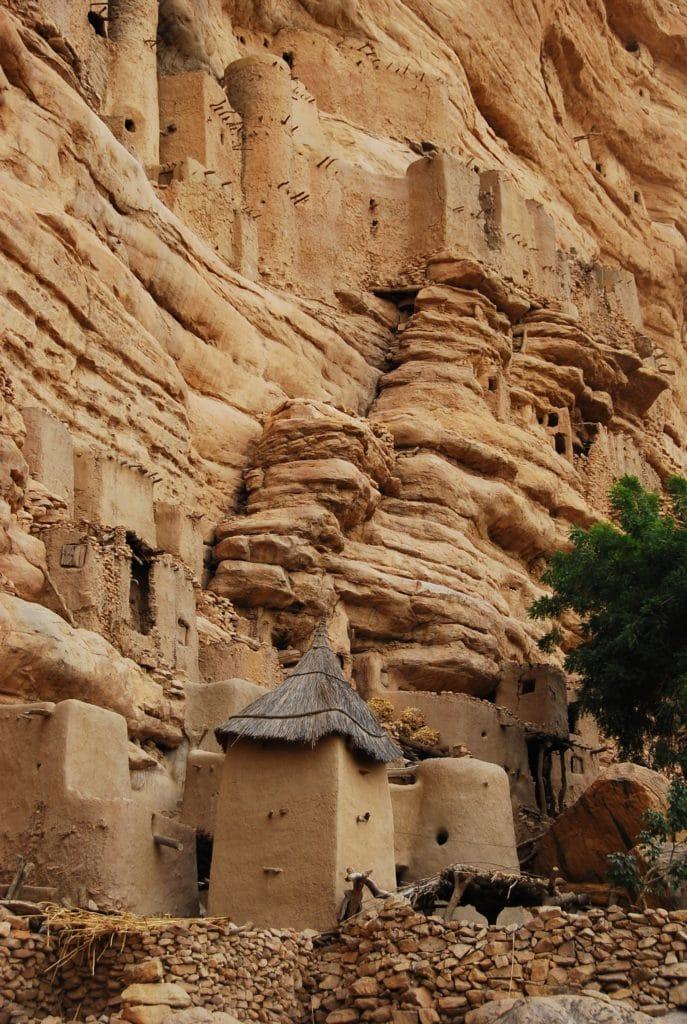Les Dogons vivent à flanc de falaise et y amènent leurs morts