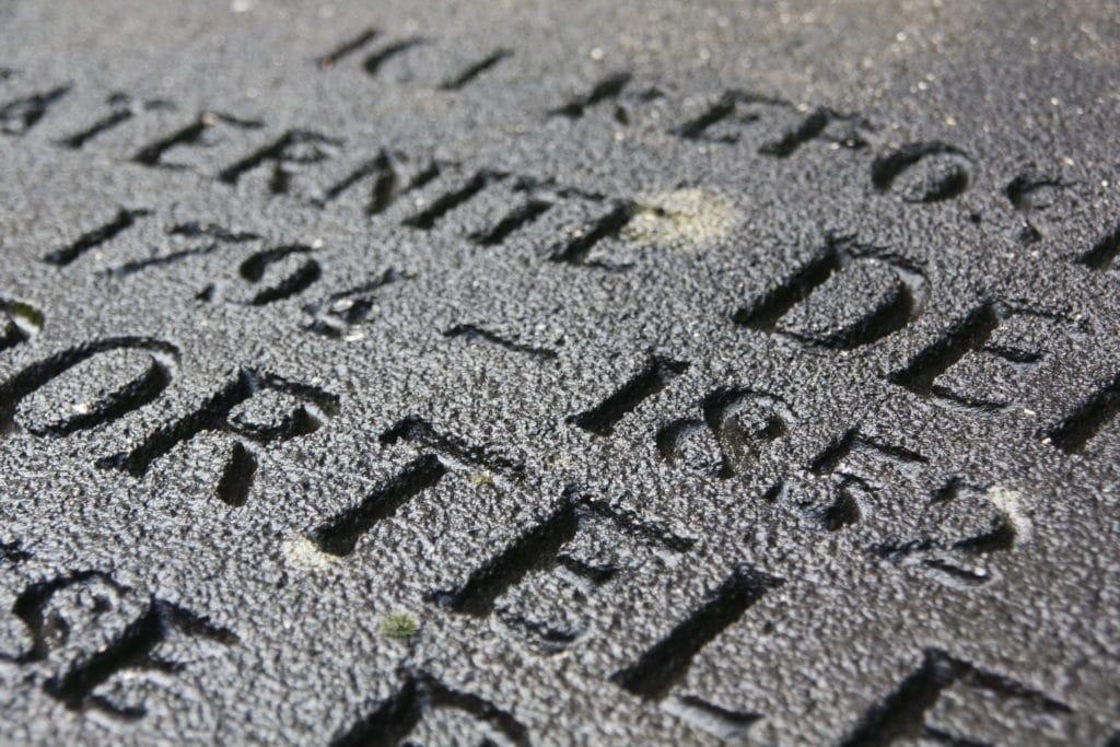 Couleurs de gravure sur pierre tombale