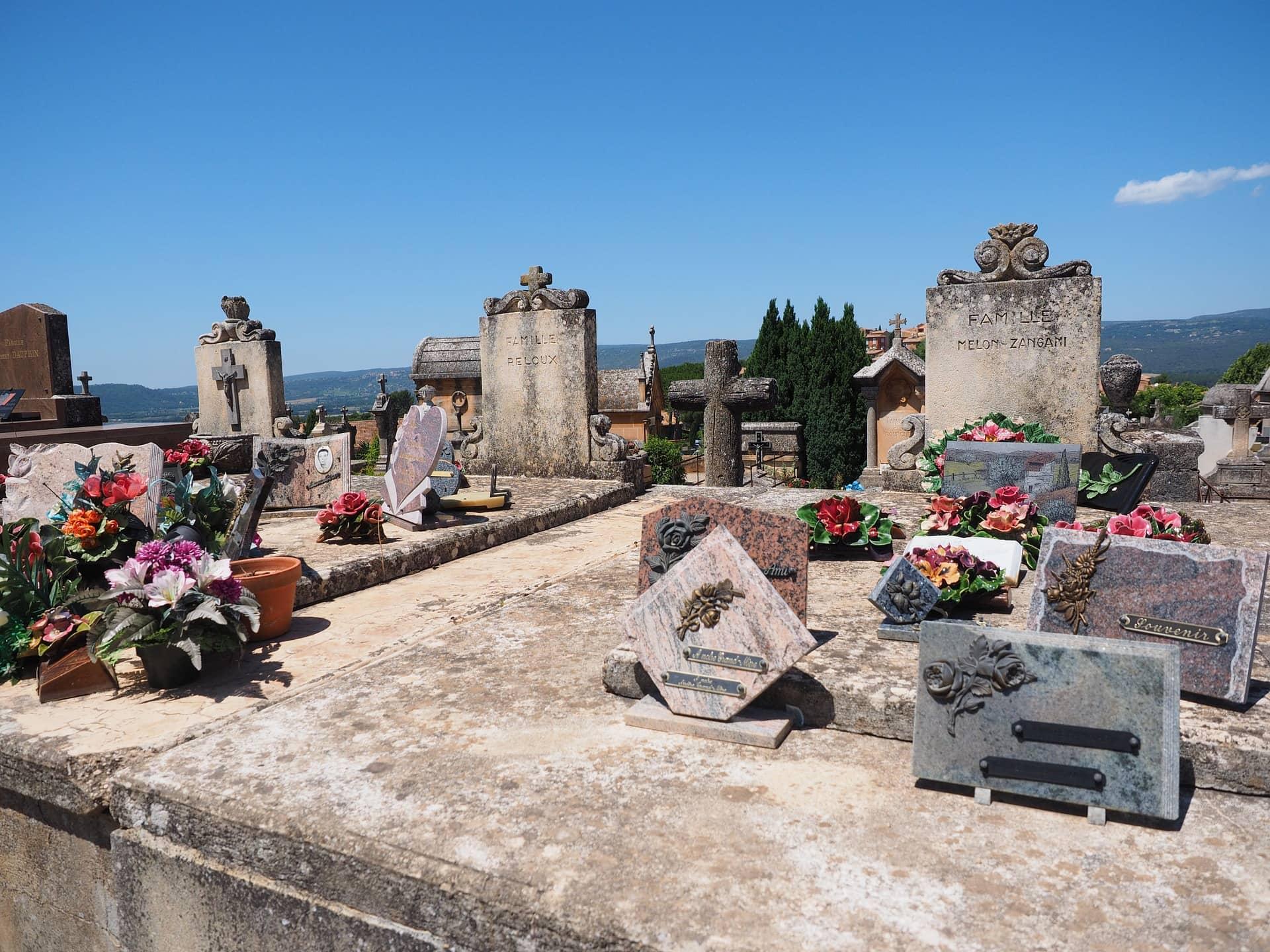 Tombe couverte de plaques funéraires