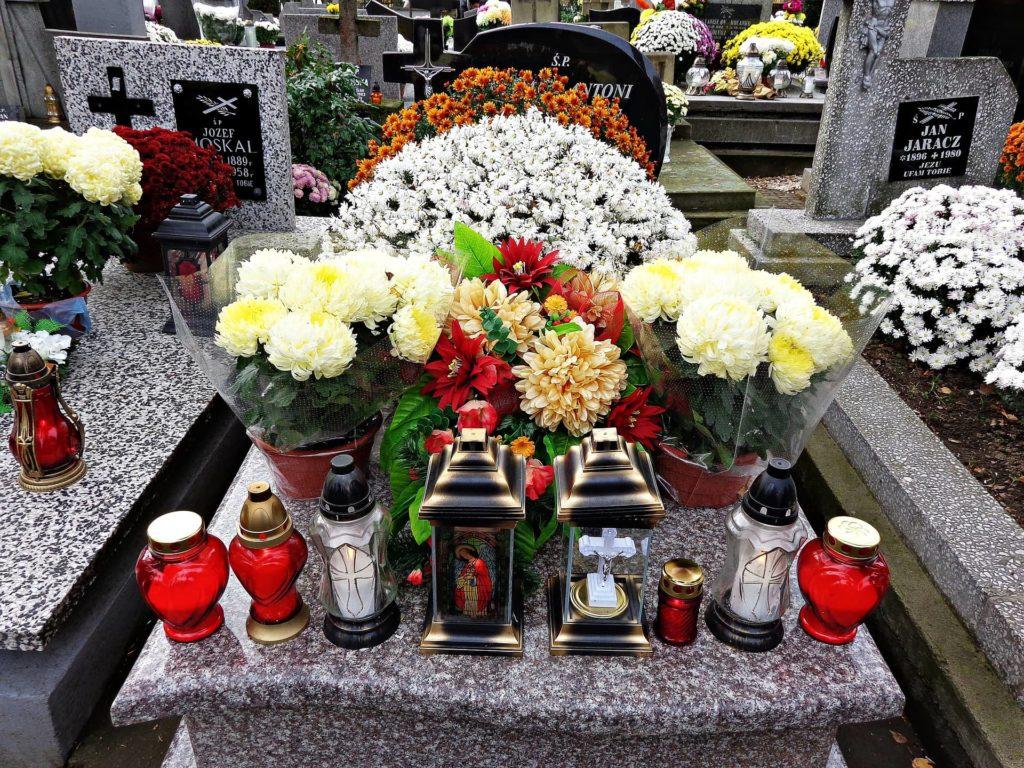 Tombe fleurie et entretenue à la Toussaint