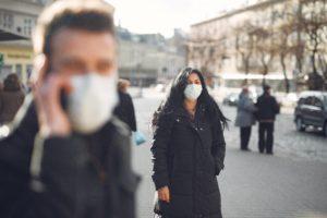 Jeune femme avec un masque qui se rend au cimetière pour la Toussaint