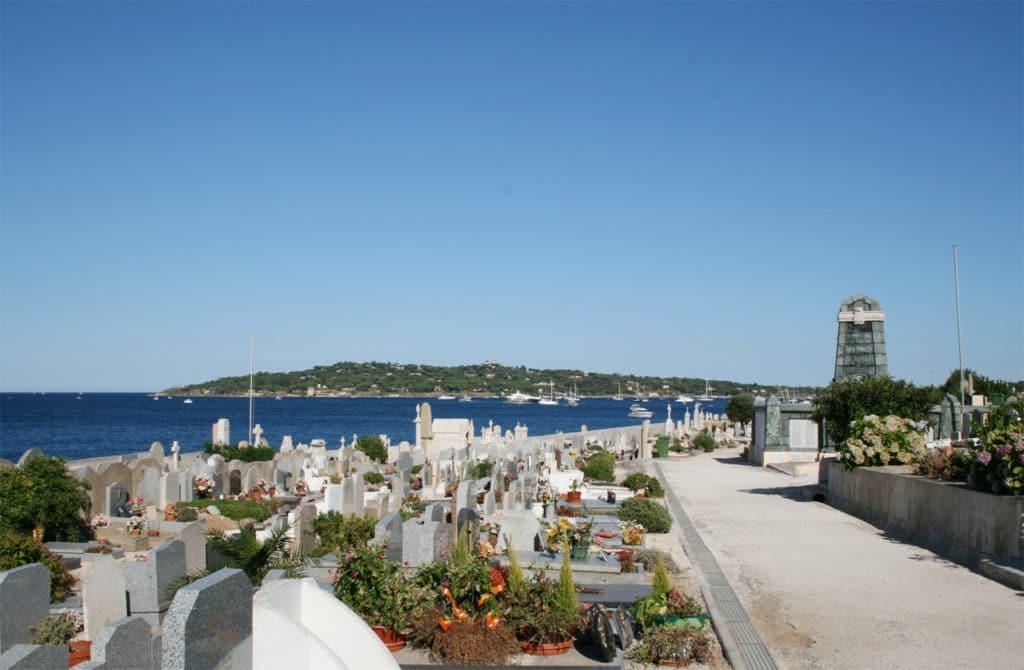 Cimetière avec vue sur mer à Saint-Tropez en France
