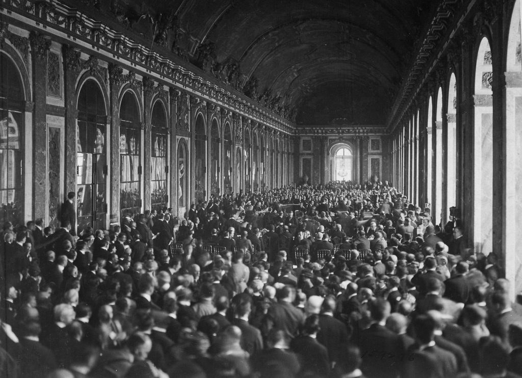 La signature du Traité de Versailles en 1919 devant une salle comble