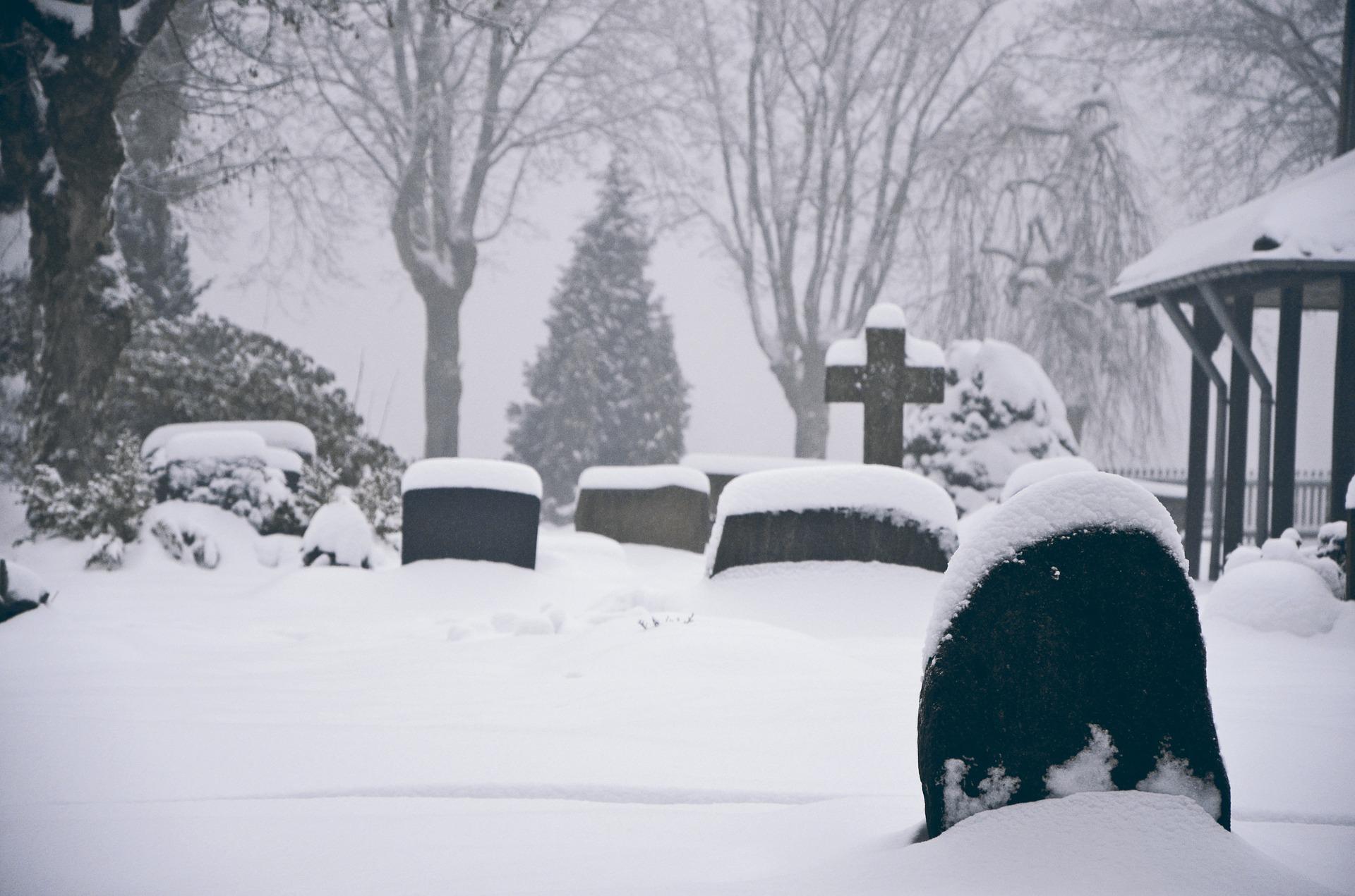 La neige et les éléments climatiques peuvent endommager les pierres tombales