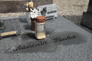 Traces de cire si mauvais entretien de pierre tombale