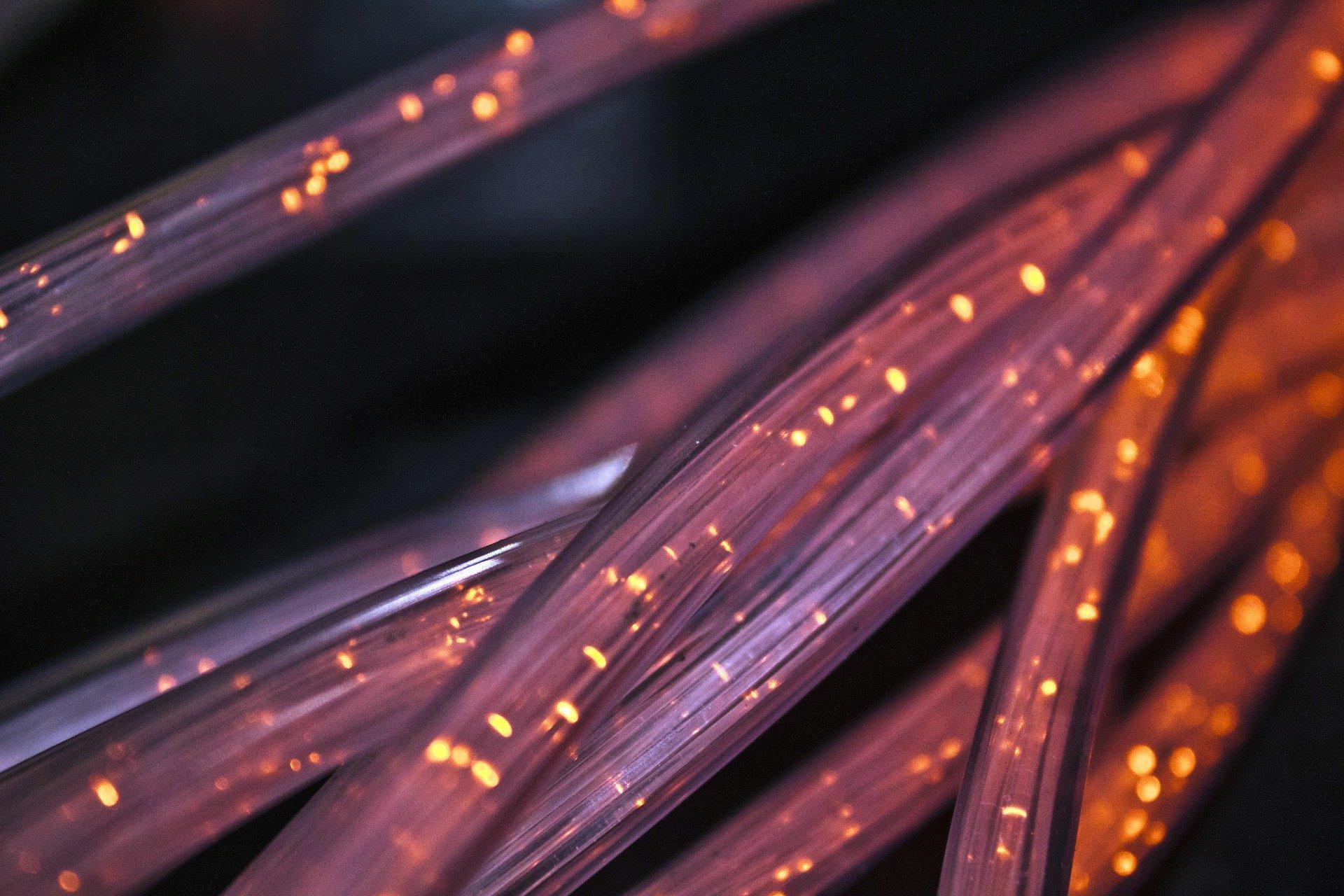 Toutes nos données numériques sont transférées rapidement avec les câbles fibre