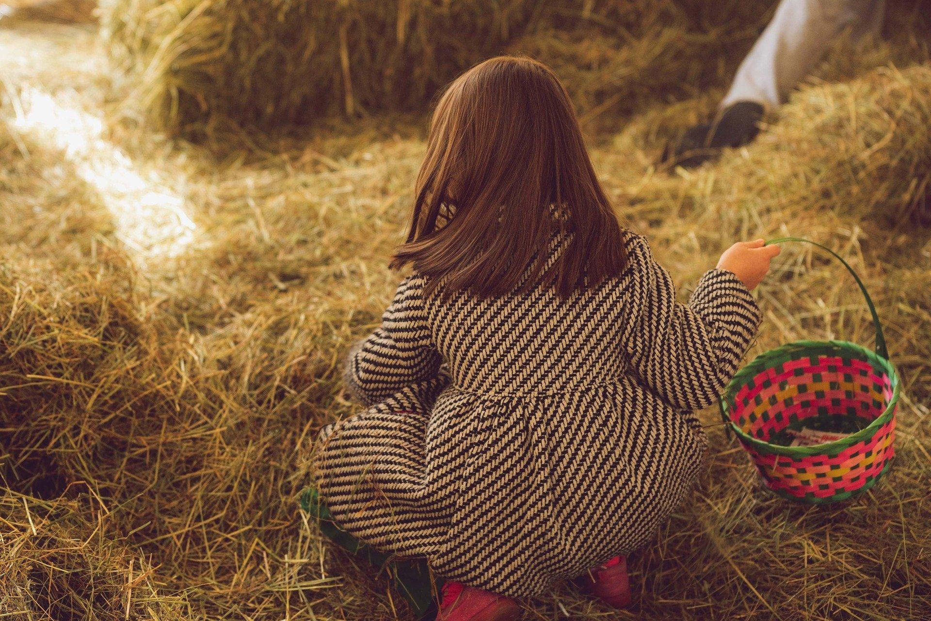 Petite fille avec panier pour chasse aux oeufs de Pâques