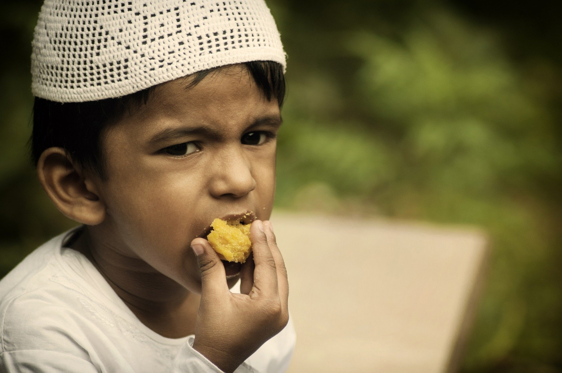 Garçon musulman qui mange durant le ramadan