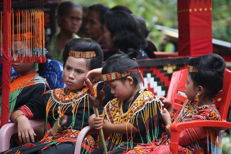 Petits filles en habits traditionnels chez les Torajas