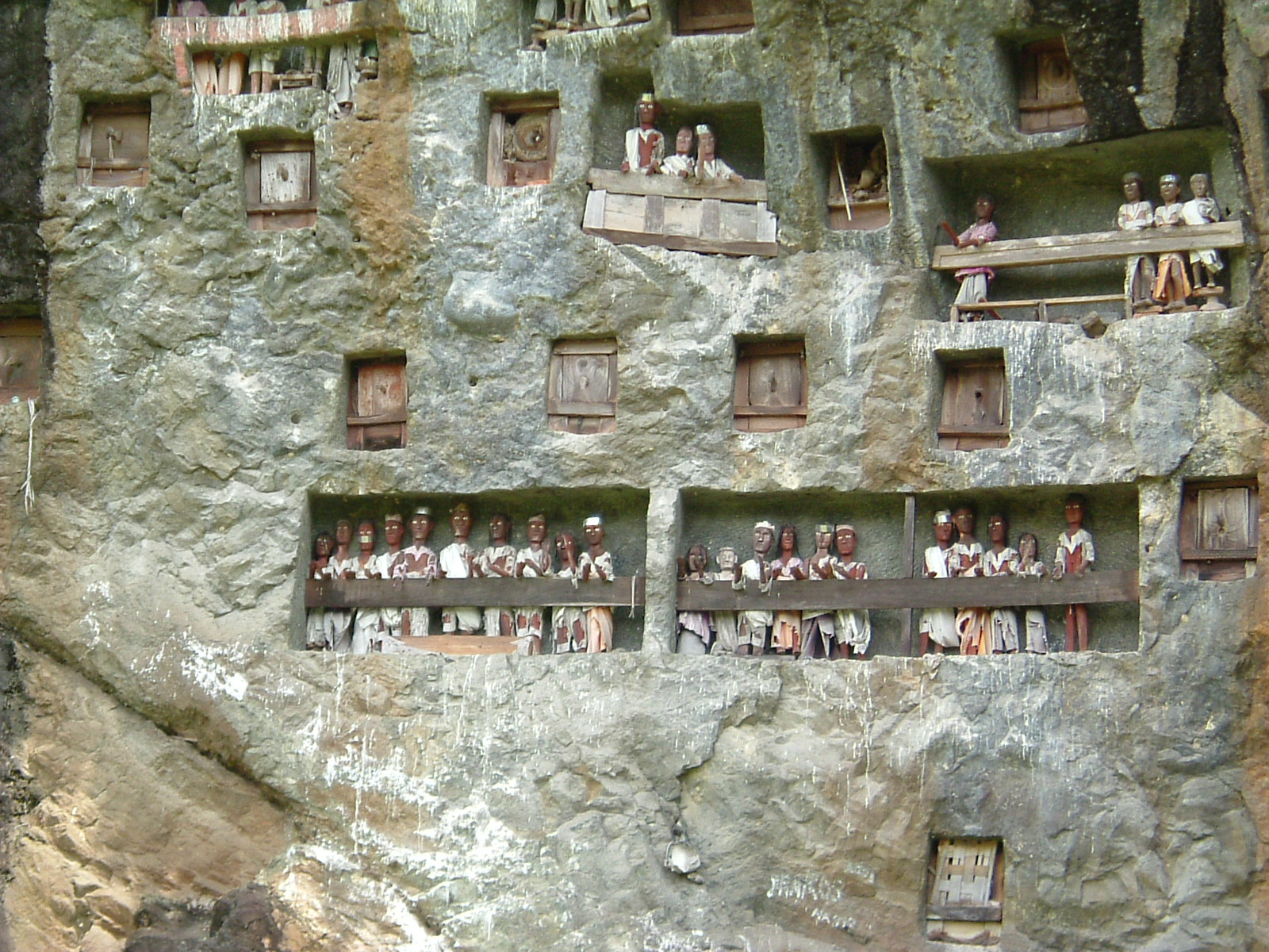Chez les Torajas, les cercueils des morts dans la montagne